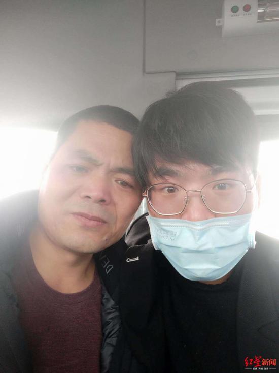 ↑吴春红出狱后和儿子在一首