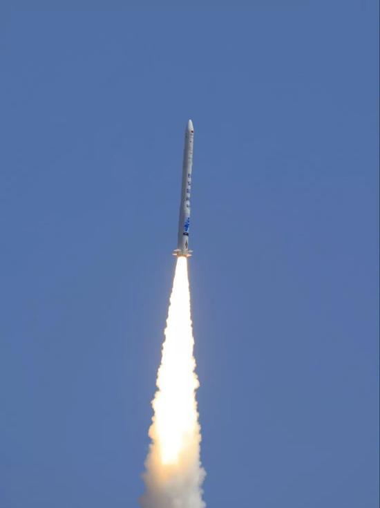 7月25日13时00分,酒泉卫星发射中心成功组织发射双曲线一号运载火箭,将气球卫星和BP-1B卫星送入预定轨道。新华社发(汪江波 摄)