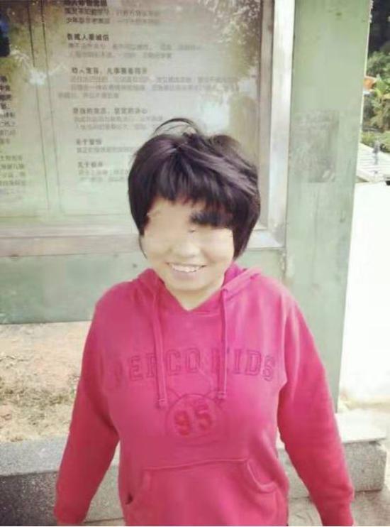 ▲12岁智障女小文的生活照。图片来自微博