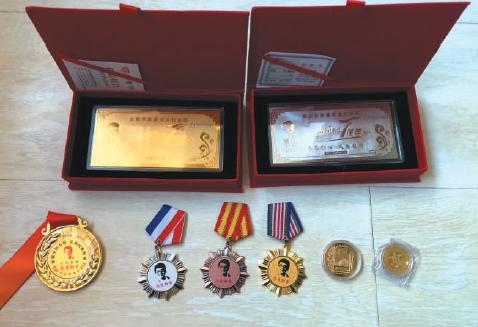 """一名传销人员家中收藏的各种款式的""""五行币""""。 新京报记者 刘经宇 摄"""