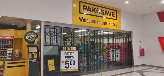 当地大型超市已关闭 图/查韧