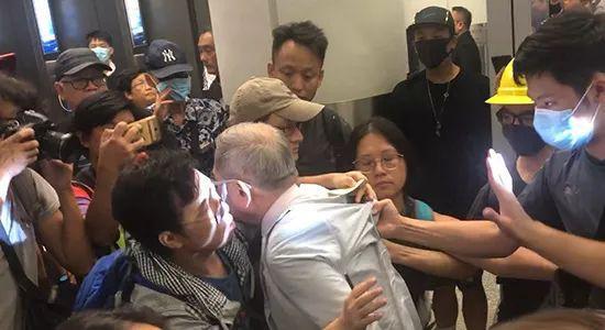▲73岁的老人在香港机场被围堵 (图via Global Times)