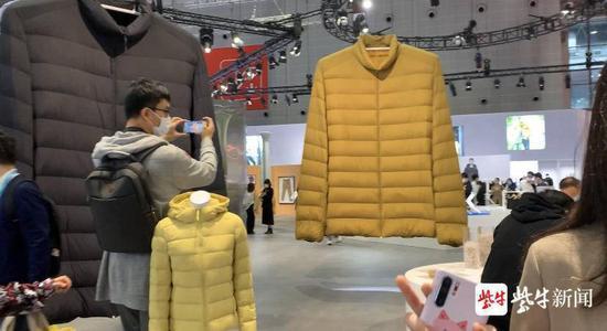 进博会现场展出的巨型羽绒服(图片来源:紫牛新闻)