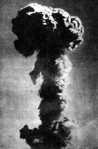 △原子弹爆炸后升起的蘑菇状烟云。(源/人民网)