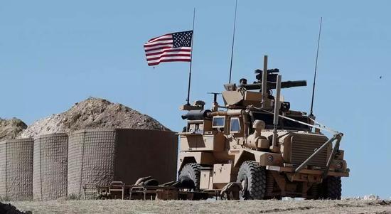 ▲原料图片:叙利亚曼比季市,别名美军士兵坐在一辆装甲车里。(美联社)