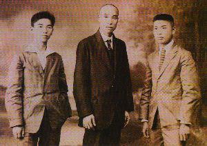 图为王荷波(中)、罗章龙(右)、姚佐唐(左)在苏联的合影。