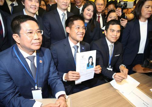 2月8日,在泰国曼谷的选举委员会,泰国泰护国党党魁蓬帕尼(中)展示提名文件。(新华社/路透)