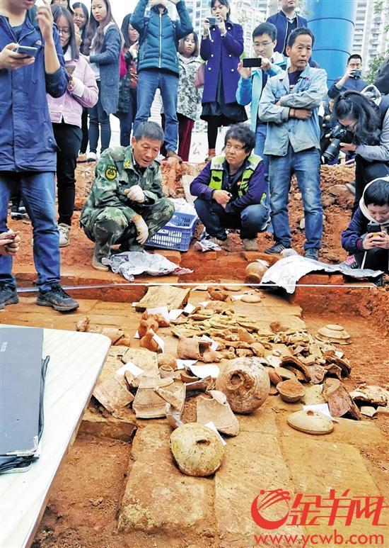 古墓现场出土了数十件古物 金羊网记者 邓勃 摄