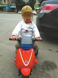 两岁男童鑫鑫(化名)。