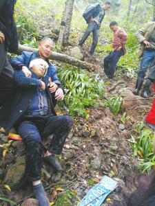 当地同乡在距离公路百米的悬崖,找到马佳和吴晓东。