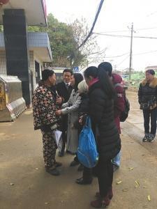 19日,杨建平被无罪开释,他的女儿和母亲到望守所接待。