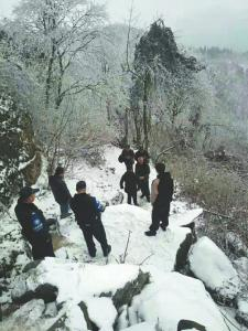 搜救人员在山上搜寻。