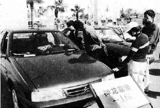1998年年末,北京车市非常红火。图为市民正在选车。黄冠海/摄
