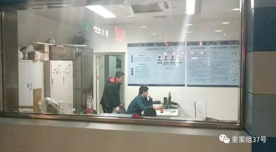 ▲做事人员在地铁站警务室调取监控。新京报记者 刘名洋 摄