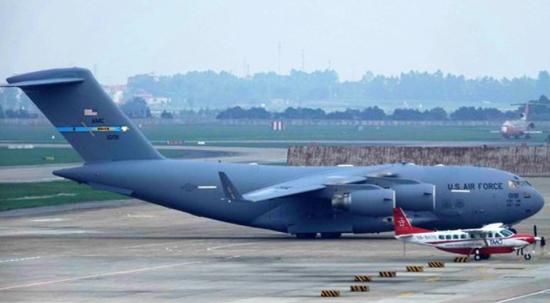 搭载美总统专用直升机的C-17,现身越南机场(韩国《中央日报》)