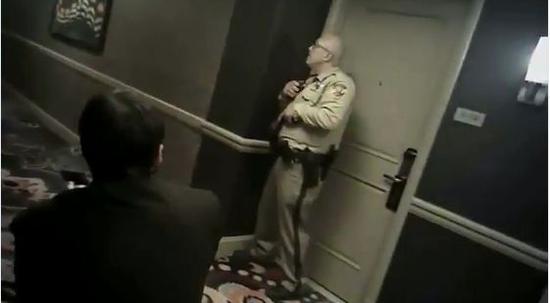 美国59死拉斯维加斯枪击案:警察被曝吓到无法动弹