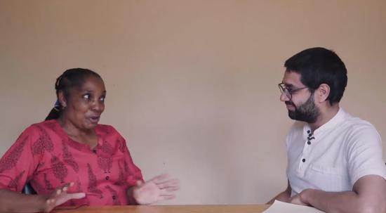 赞比亚一家电视台的负责人接受美国石英财经网采访。(视频截图)