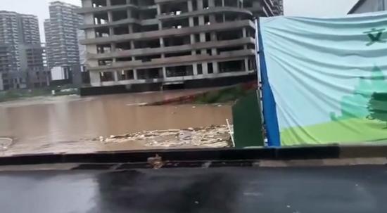 通过群里发的视频,崔俊超得知自己的新房被淹了 威尼斯电子来源:崔俊超提供视频截图