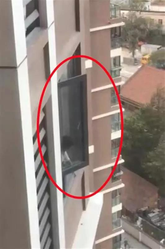 女童探出18楼窗外妈妈却不让撬锁?民警怒了