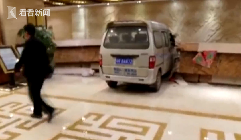 现场一位现在击者外示,望到一辆车冲进酒店,差点撞到本身。