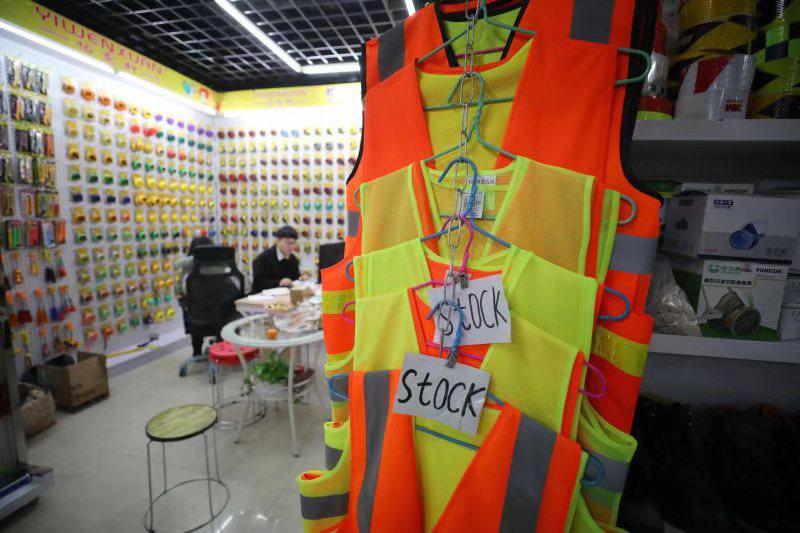 (义乌国际商贸城中的逆光马甲,马甲上挂有'库存'字样。谢隽摄)