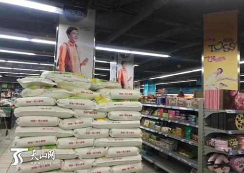 7月18日,记者在友益超市新兴街店望到,这边的面粉码成高高的垛,该超市粮油供答优裕。