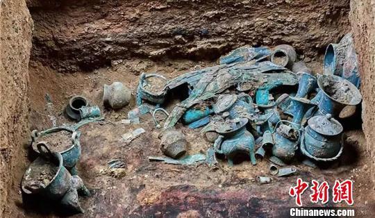图为酒务头墓地M1出土器物照(西-东)。山西省公安厅供图