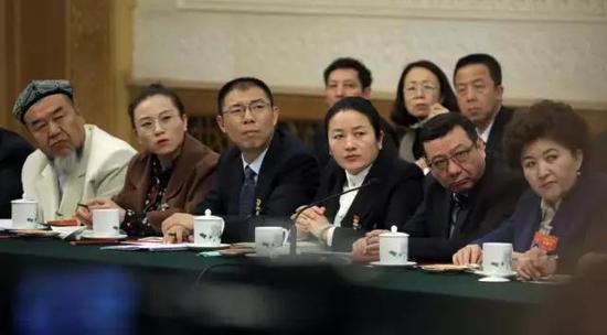 3月12日,北京人民大会堂新疆厅,新疆代表团举行开放团组会议,参会代表聆听记者提问。中国青年报・中青在线 中国青年网记者 李峥�s/摄