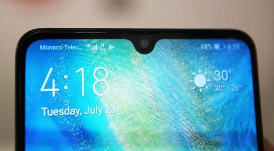 """7月23日,在摩纳哥电信公司的营业厅,工作人员用华为智能手机Mate20X展示""""5G超宽带网络""""。新华社记者高静摄"""