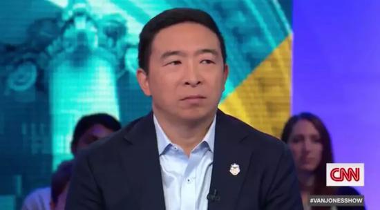 美国华裔总统候选人杨安泽(Andrew Yang)接受媒体采访。图片来自网络。