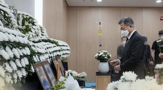 ·文在寅吊唁逝者。