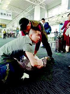 图为李涛(左)和陈洪贵合力救人