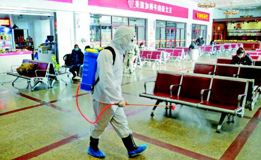 1月12日,北京站防疫人员对候车室进行每4小时一次的防疫消杀。春运即将到来,北京火车站采取4小时一次定时消毒、候车室防疫巡查、进站口防疫疏导、测温进站等疫情防控措施,降低病毒传播风险。   新华社记者李欣摄