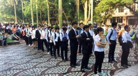 在大陆高校排队等面试的台湾高中生 (图源:环球网)