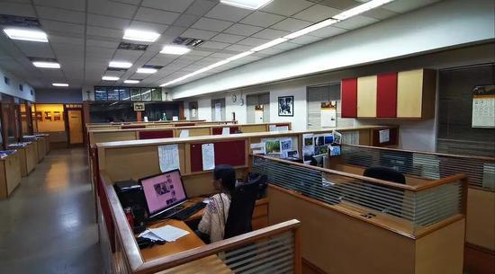 夜色渐深,《印度教徒报》编辑还在紧张地做头条的排版工作。新华社记者赵旭摄