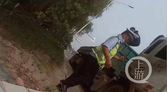 """河南中牟交警被指""""拍戏式执法"""":喊司机爬上货箱,拍照后开罚单"""