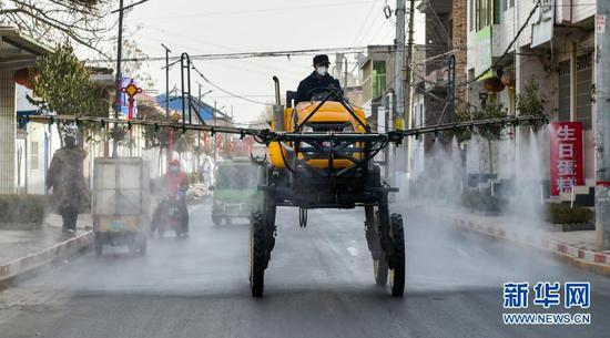 1月15日,在河北省石家庄市藁城区禅房村,防疫工作人员使用农用喷雾机进行消杀。新华社发(赵杰 摄)