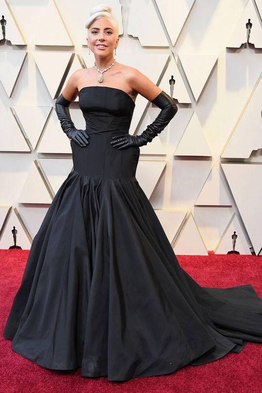 Lady GaGa身穿经典黑色礼服亮相奥斯卡红毯