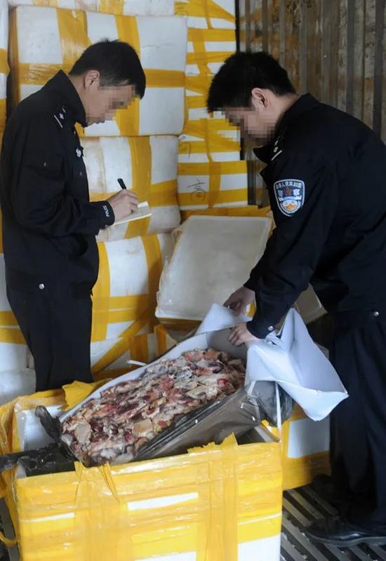 广西海关缉私警查获的走私过期冻品。图|新华社