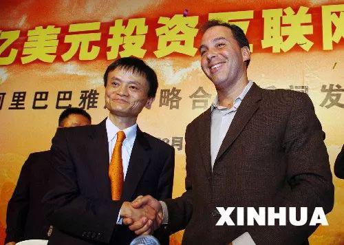 马云(左)和时任雅虎公司首席运营官罗森格
