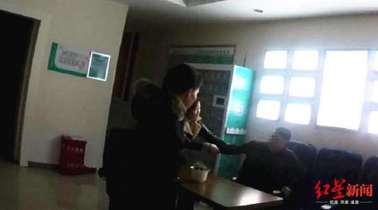 邓某与前妻发生争执,影响前妻上班地点正常秩序
