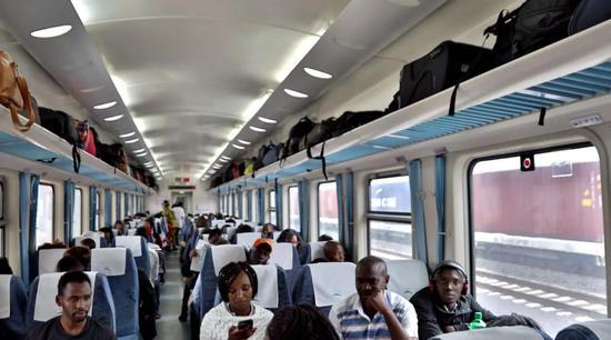 ↑2018年6月1日,旅客在肯尼亚蒙内铁路列车上等候发车。新华社记者王腾摄