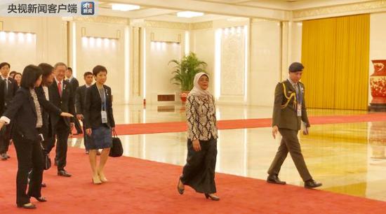 △前来与习近平会面的新加坡总统哈莉玛。(央视记者许永松拍摄)