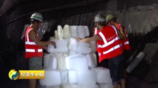 工人们靠冰块降温