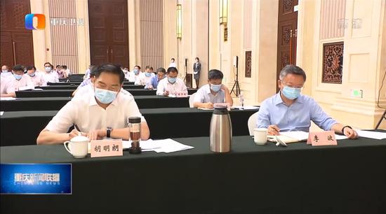 胡明朗(左)截图来源:重庆卫视