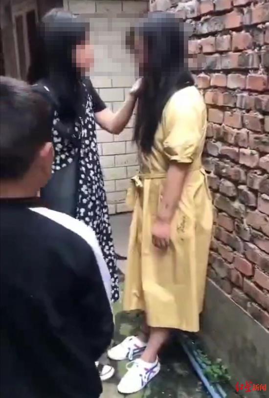 四川乐山未成年女孩遭7人欺凌并拍视频 警方:已介入
