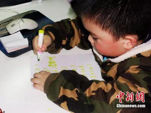 李佳洲幼年时在姥爷的教育下学习数学。受访者供图