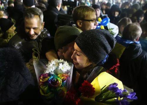 2017年12月28日,支属们在乌克兰基辅欢迎换回的战俘。新华社发