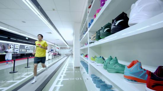 (图为安踏运动科学实验室正在进行运动数据测试,2005年安踏斥资3000万建立国内同行第一家运动科学实验室,一双看似普通的鞋子,可能有着意想不到的科技含量)