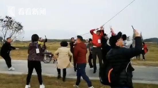 男子被260米风筝带上天摔骨折 索赔找不到人(图)
